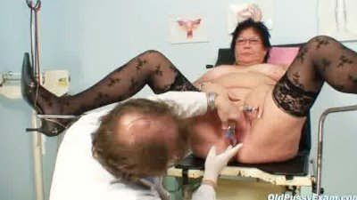 Elder amateur woman weird gyno