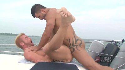 Hung jock fucks blonde bottom on boat