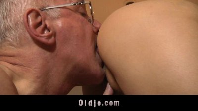 Young horny girl gets laid with an Oldje
