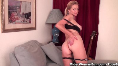 Mature lady needs to get off in pantyhose