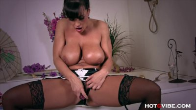 Retired MILF Lisa Ann Orgasms in Bathtub