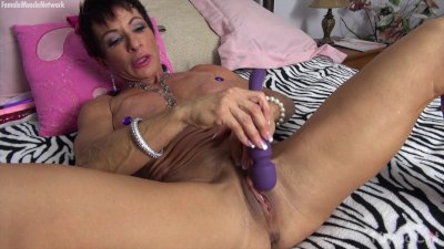 Muscular Anna Phoenixxx Plays With Her Big Clit