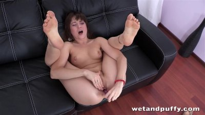 Hot babe makes herself cum whi