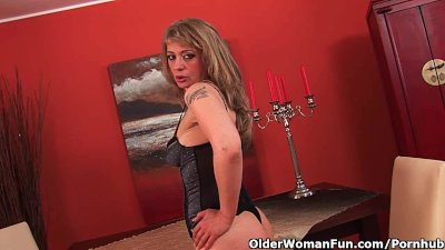 Sultry Mature Mom Stretches Her Wanton Pussy And Squirts