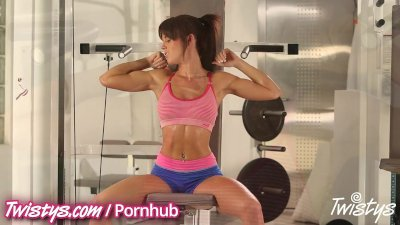 Gym babe rubs her pussy