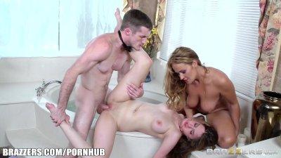 Sexy bathroom threesome - Brazzers