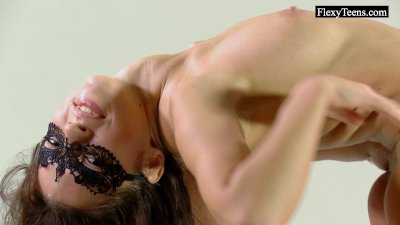 Flexible Tonya shows her gorgeous body