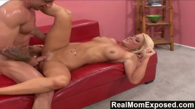 RealMomExposed - Amber Kentucky : It\'s Finger Lickin\' Good!