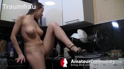 Schlampe fickt sich selbst in der Küche